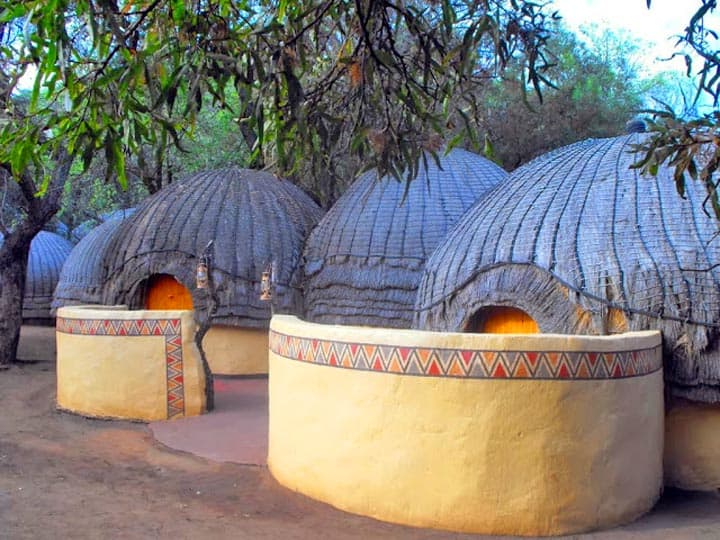 zulu-beehive-huts, valley of a thousand hills, Kwazulu-Natal Province (KZN), south africa